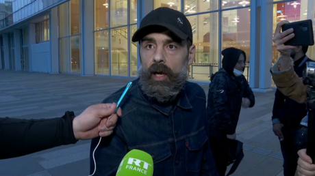 Jérôme Rodrigues, l'une des figures des Gilets jaunes, est interrogé en marge de son procès, le 24 février 2021.