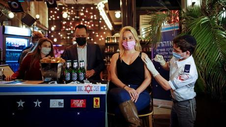 Une femme reçoit un vaccin contre le Covid-19 à Tel Aviv, le 18 février 2021 (image d'illustration).