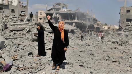 Une femme palestinienne se tient debout à côté de sa maison détruite par des bombardements israéliens le 26 juillet 2014 (image d'illustration).