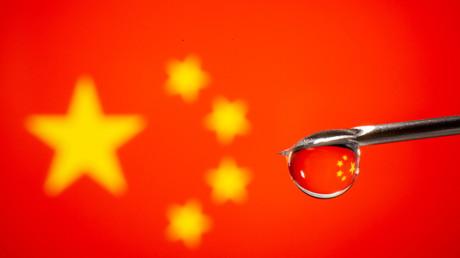 L'aiguille d'une seringue devant un drapeau de la Chine (image d'illustration).