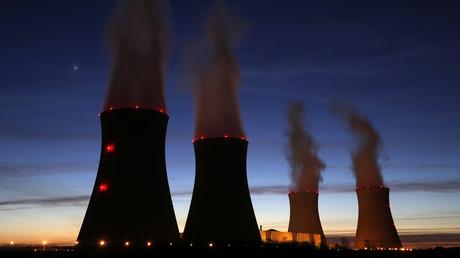 Vapeur s'échappant des cheminées de refroidissement de la centrale nucléaire EDF de Dampierre- en-Burly, (centre de la France) entrée en service en mars 1980 et photographiée en mars 2015 (illustration).