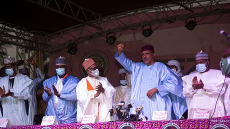 Le candidat du parti au pouvoir au Niger, Mohamed Bazoum, salue ses partisans après avoir été déclaré vainqueur de l'élection présidentielle à Niamey (Niger), le 23 février (image d'illustration).