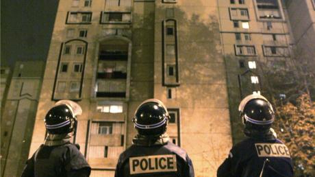 Des policiers observent un immeuble de Corbeil-Essonnes, le 7 novembre 2005 (image d'illustration)