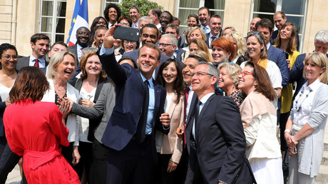 Emmanuel Macron fait un selfie en 2018 avec les parlementaires macronistes. L'union des marcheurs s'est effritée depuis (image d'illustration).