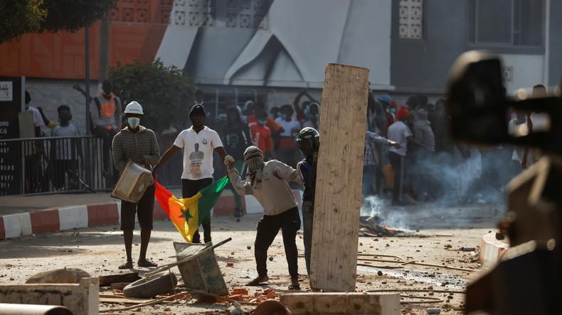 Emeutes, présidence barricadée et médias suspendus : le Sénégal sous très haute tension