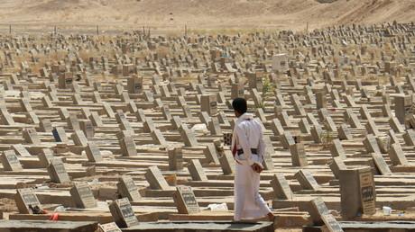 Un homme marche au milieu de tombes à Marib, au Yémen, le 28 février 2021 (photo d'illustration).