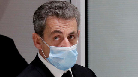 L'ancien président français Nicolas Sarkozy quitte la salle d'audience lors de son procès pour corruption et trafic d'influence, au palais de justice de Paris, le 7 décembre 2020.