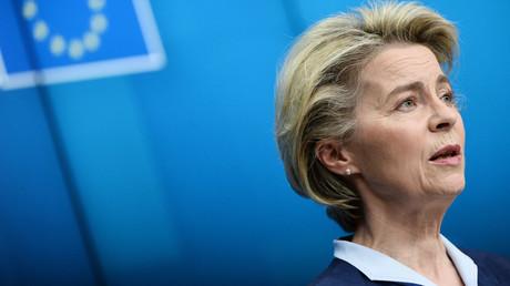 La présidente de la Commission européenne, Ursula von der Leyen, en conférence de presse à Bruxelles le 26 février.