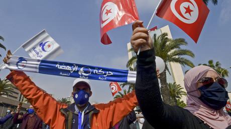 Le 27 février à Tunis, de nombreux manifestants en faveur du mouvement islamiste Ennahdha ont défilé pour soutenir le gouvernement d'Hichem Mechichi.