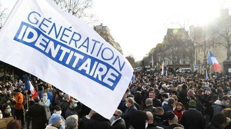 Un drapeau orné du logo de Génération identitaire lors d'une manifestation de soutien à Paris, le 20 février 2020 (image d'illustration).