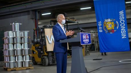 Joe Biden, alors candidat démocrate à la présidentielle américaine, en visite dans une forge d'aluminium dans le Wisconsin le 21 septembre 2020 (illustration).