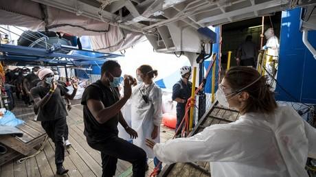 Migrants pris en charge par du personnel de Médecins sans frontières (MSF) en Méditerranée.