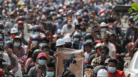 Des gens assistent aux funérailles d'Angel, un manifestant de 19 ans qui a reçu une balle dans la tête lors d'une manifestation anti-coup d'État à Mandalay, en Birmanie, le 4 mars 2021.
