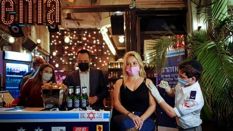 Une femme reçoit un vaccin contre le Covid-19 dans le cadre d'une initiative de la municipalité de Tel Aviv, qui offrait une boisson gratuite dans un bar aux résidents qui se font vacciner (image d'illustration).