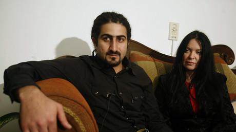 Omar Ben Laden, fils d'Oussama Ben Laden, et son épouse britannique Zaina Al Sabah-Ben Laden s'entretiennent avec Reuters dans la banlieue du Caire (Egypte), le 23janvier 2008.