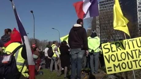 Manifestation à Paris contre les restriction anti-Covid, le 6 mars 2021.