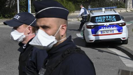 Des policiers contrôlent les véhicules à Marseille pendant la période de confinement, le 1er avril 2020 (image d'illustration).