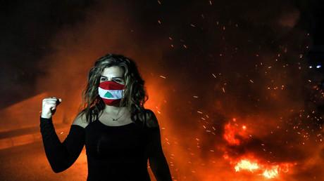 Une manifestante portant un masque aux couleurs du Liban, le 2 mars à Beyrouth.
