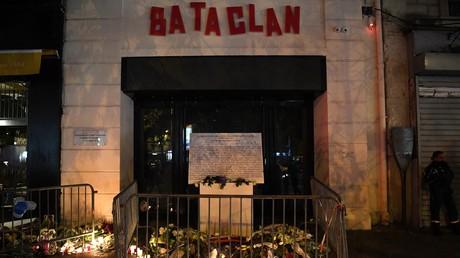 Des fleurs sont déposées devant le Bataclan le 13 novembre 2017, deux ans après les attentats meurtriers (image d'illustration).