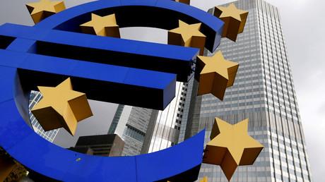 Une sculpture de l'euro devant la Banque centrale européenne (BCE) située à Francfort le 26 octobre 2014.