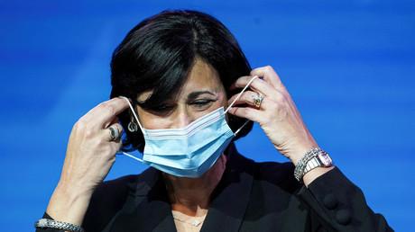 La directrice des centres pour le contrôle et la prévention des maladies, Rochelle Walensky, retire son masque avant de prendre la parole à Wilmington dans le Delaware, le 8 décembre 2020.