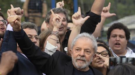 L'ancien président Luiz Inacio Lula da Silva quittant le quartier général de la police fédérale, où il purgeait une peine pour corruption et blanchiment d'argent, à Curitiba (Brésil), le 8 novembre 2019.