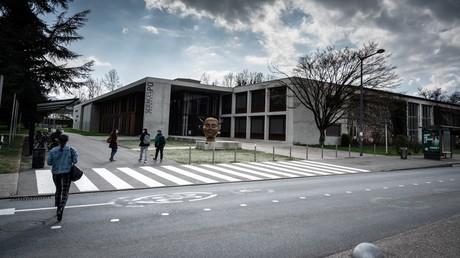 Des étudiants de l'IEP de Grenoble se dirigent vers les salles de classe le 8 mars 2021.