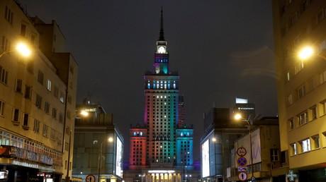 Le Palais de la culture et de la science de Varsovie éclairé aux couleurs du drapeau LGBT lors de la journée internationale de la tolérance, le 16 novembre 2020 (image d'illustration)