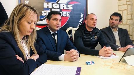 Les collectif, association et syndicats de police réunis à Issy-les-Moulineaux (Hauts-de-Seine) le 10 mars pour dénoncer les conditions d'accompagnement des policiers en situation de syndrome post-traumatique.