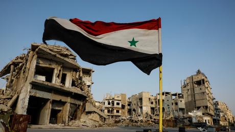 Le drapeau syrien flotte à un point de contrôle militaire dans la région d'al-Khalidiya, dans la partie contrôlée par le gouvernement de Homs, en Syrie, le 18 septembre 2018.