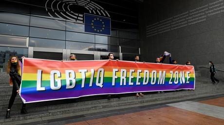 Des députés européens déploient, le 9 mars 2021 à Bruxelles, une banderole pour exprimer leur soutien aux droits des LGBTIQ en appelant l'UE à devenir une «zone de liberté LGBTIQ»
