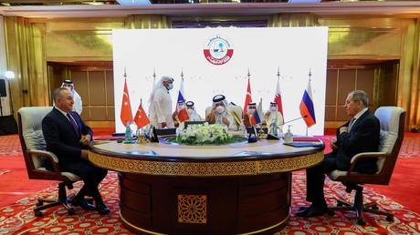 Les ministres des Affaires étrangères turc, qatari et russe à Doha, le 11 mars 2021.