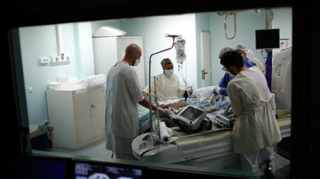 Le 29 avril 2020, un patient atteint du Covid-19 est soigné à l'hôpital Robert-Ballanger situé dans le département de la Seine-Saint-Denis (Ile-de-France).