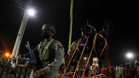 Un soldat devant la statue du général Manuel Baquedano Gonzalez, sur la plaza de la Dignidad, à Santiago (Chili), le 12 mars 2021.