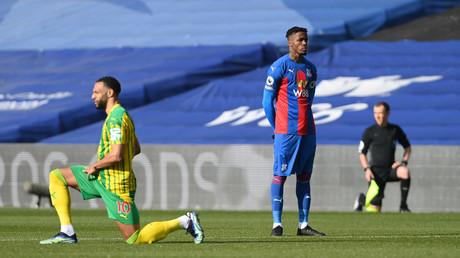 Wilfried Zaha est resté debout, mains dans le dos, au coup de sifflet de West Brom - Crystal Palace ce 13 mars en Premier League, alors que les autres footballeurs sur la pelouse mettaient le genou à terre.