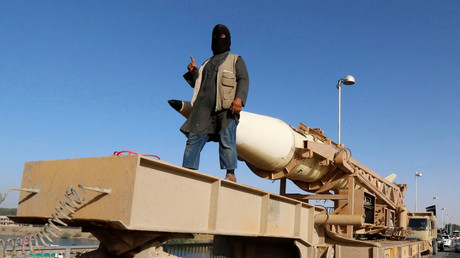 En Syrie, un terroriste islamiste participe à une parade militaire le 30 juin 2014 dans la province de Raqqa (image d'illustration).