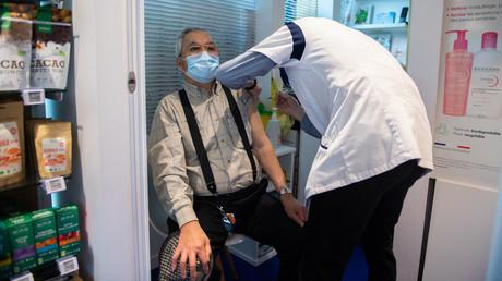 Un pharmacien procède à une injection du vaccin AstraZeneca anti-covid-19 dans une pharmacie de Paris le 12 mars 2021.