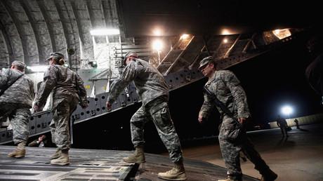 Des soldats américain à bord d'un avion de transport C-17 au départ de la Base Imam Ali, près de Nasiriyah, en Irak (image d'illustration).