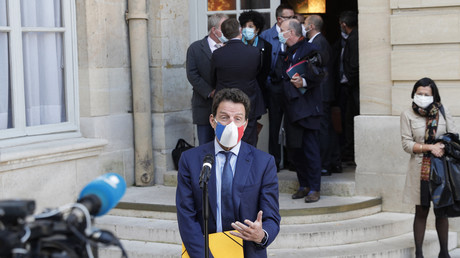Le président du Medef Geoffroy Roux de Bezieux s'adresse à la presse à l'issue de la deuxième conférence de dialogue social à l'hôtel Matignon à Paris, le 26 octobre 2020 (illustration).