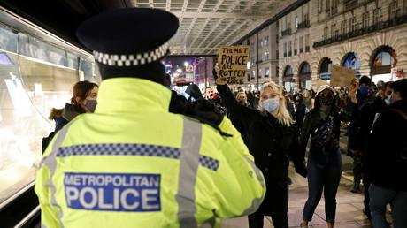 Un policier lors de la manifestation ayant fait suite à la mort de Sarah Everard, à Londres, le 16 mars 2021 (image d'illustration).