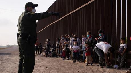 Demandeurs d'asile du côté américain du Rio Grande à la frontière avec le Mexique en mars.