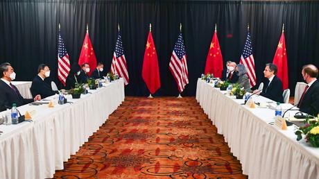 Les délégations américaine et chinoise se font face dans une salle de l'hôtel Captain Cook, à Anchorage, en Alaska, le 18 mars 2021.
