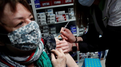Une femme vaccinée à Paris avec le vaccin AstraZeneca dans une pharmacie le 19 mars 2021