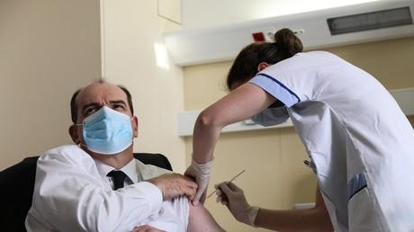 Le Premier ministre français Jean Castex reçoit sa première dose du vaccin AstraZeneca, le 19 mars à l'hôpital Bégin de Saint-Mandé (Val-de-Marne)