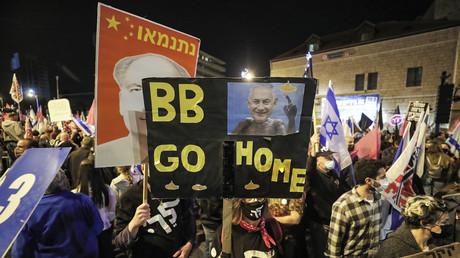 Des pancartes hostiles à Benjamin Netanyahou lors de la manifestation du 20 mars à Jérusalem.
