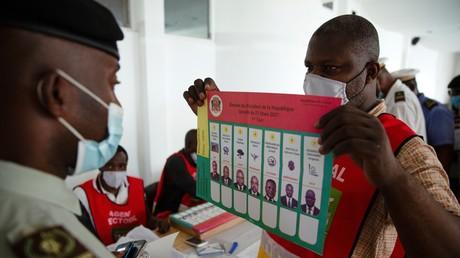 Un agent électoral tient une liste des candidats à la présidentielle congolaise, le 17mars 2021 à Brazzaville, alors que les forces de sécurité votent en amont de l'élection présidentielle du 21mars (image d'illustration).