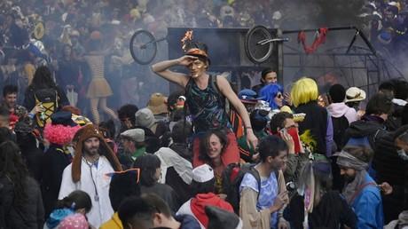 Le 21 mars 2021, des jeunes se sont réunis à Marseille à l'occasion d'un carnaval en dépit des restrictions sanitaires.