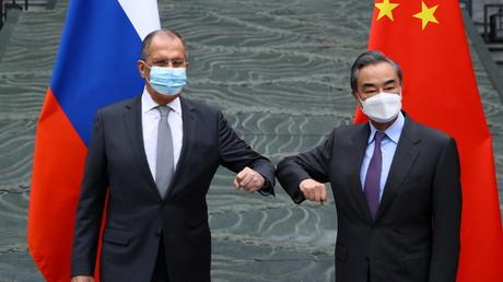 Le ministre russe des Affaires étrangères Sergueï Lavrov et le conseiller d'État et ministre chinois des Affaires étrangères Wang Yi à Guilin, en Chine, le 22 mars 2021.