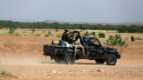 Des soldats de l'armée nigérienne à bord d'un pick-up quittent Agadez, le 29 octobre 2019 (image d'illustration).