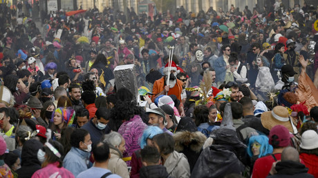 Le 21 mars 2021 à Marseille, des jeunes gens participent au carnaval des quartiers de La Plaine, de Noailles et des Réformés.